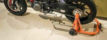 Este caballete multidireccional puede mover la moto en cualquier dirección y es perfecto para garajes pequeños